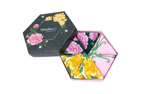 skarpetki w pudełku, motywy kwiatowe