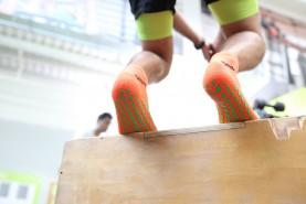 neonowe skarpetki sportowe z systemem ABS, trening w pomieszczeniu