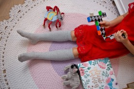 Szare podkolanówki ażurowe dla dziewczynki